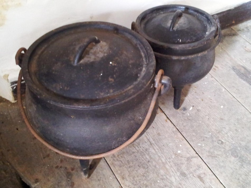 Iron cooking pot with feet.